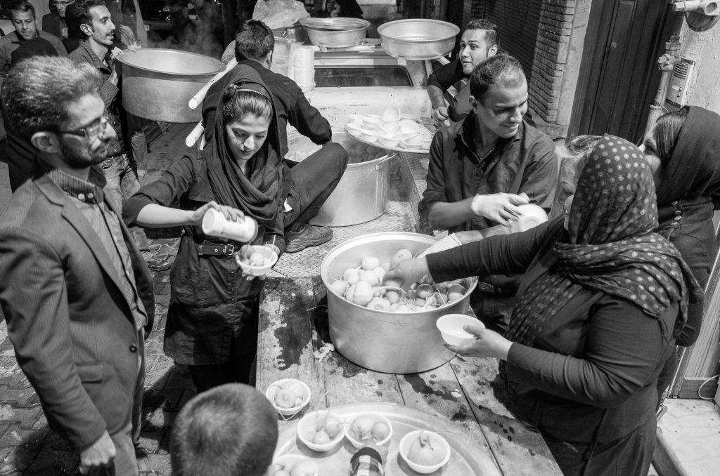Ashura Esfahane. Tiesą sakant, tokia Ashura yra visame Irane - visame mieste, tai šen, tai ten, nemokamai dalinamas koks nors maistas, arbata, saldumynai. Ši nuotrauka, manau, daryta 10 vakaro. Vakarienei - ropės su druska. Atrodo :)