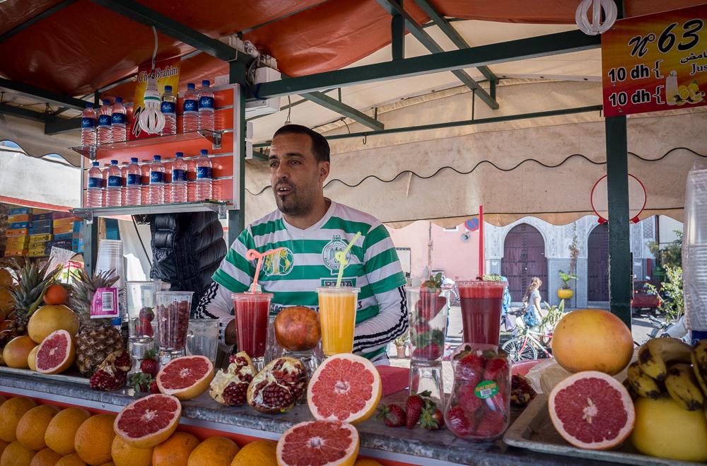 Vienas Marakešo Djemaa el Fna aikštės (UNESCO) prekeivių. Daugiau aikštės nuotraukų neišliko, bet įsivaizdavimui... Tokių pardavėjų kioskelių vienas greta kito yra kelios dešimtys, visi parduoda tą patį ir už tą pačią kainą. Iš pradžių bandėm eiti pagal rekomendacijas į kioskelius pagal numerius, bet vėliau spjovėm į tai - apelsinų sultys pas visus iš tų pačių apelsinų yra absoliučiai vienodos.
