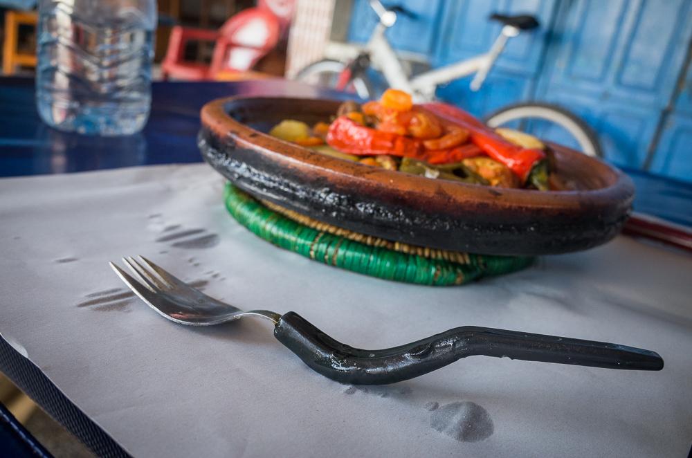 Juokingiausias ir skaniausias (žuvies) tadžinas, kurio ragavom Essaouira. Mus prie stoties pasitiko vietinis couchsurferis ir pasakius, kad norim valgyti, nuvilko į prie pat esančią skylę. Moteriškės užtruko ieškodamos šakučių ir jau, ką gavom, tą gavom, bet buvo skanu, paprasta ir labai autentiška (nepersistengta su išvaizda, kiek prideginta, bet ne prėsna).