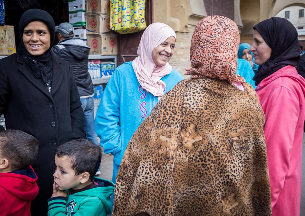 """Vietinės """"kiaunės"""". Suprantama, kad sausį Maroke nėra labai karštą, bet į moteris gatvėje vaikštančias su frotiniais chalatais, kokiais mano mama net šiukšlių į kiemą neneštų, buvo ir gėda ir juokinga."""